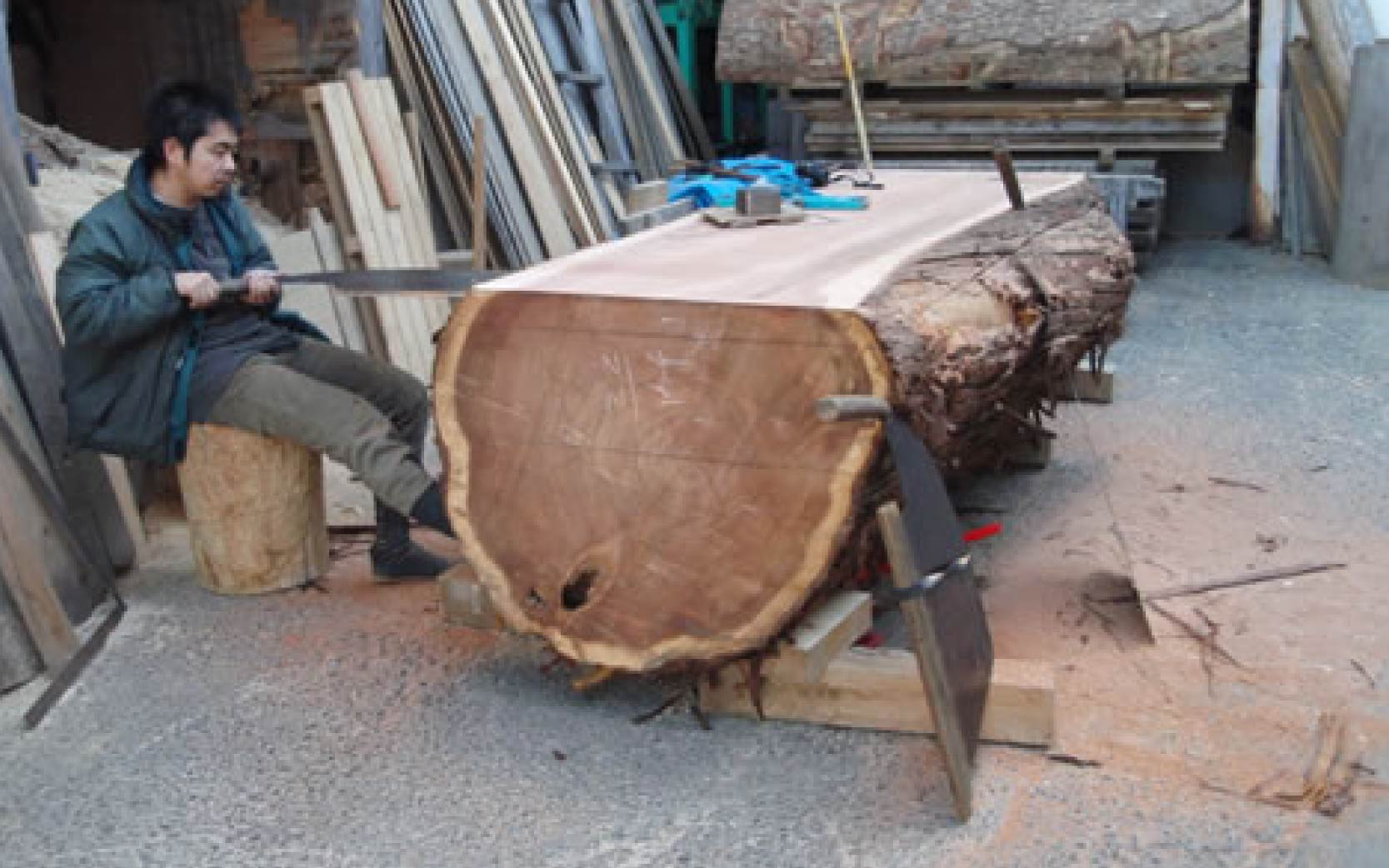木挽き職人による製材